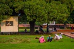 德里,印度- 2017年9月25日:坐在公园的未认出的人民在室外在德里红堡在德里, a的 库存图片