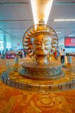 德里,印度- 2017年9月19日:大金黄雕象在德里国际机场  英迪拉・甘地国际性组织 免版税图库摄影