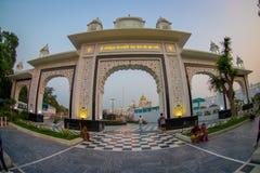 德里,印度- 2017年9月19日:对班戈拉・撒西比谒师所锡克教徒的寺庙输入的大白色门,位于新 库存照片