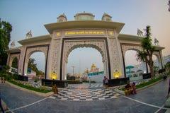 德里,印度- 2017年9月19日:对班戈拉・撒西比谒师所锡克教徒的寺庙输入的大白色门,位于新 图库摄影