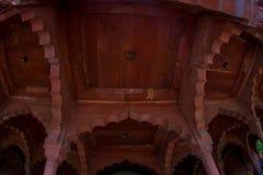 德里,印度- 2017年9月25日:屋顶的内部看法在德里红堡里面的在德里,印度,堡垒是住所 免版税库存图片