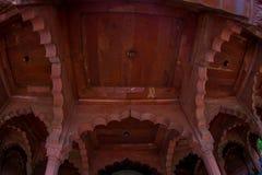 德里,印度- 2017年9月25日:屋顶的内部看法在德里红堡里面的在德里,印度,堡垒是住所 免版税库存照片