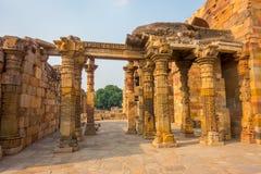 德里,印度- 2017年9月25日:扔石头的被雕刻的柱子美丽的景色近Qutub Minar,位于在德里南部 库存照片