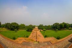 德里,印度- 2017年9月19日:扔石头的道路鸟瞰图在Humayun s坟茔,德里,印度前面的 联合国科教文组织世界 免版税库存照片