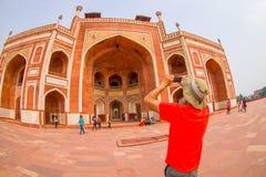 德里,印度- 2017年9月19日:拍照片的Unidentief人对Humayun s坟茔,德里,印度 联合国科教文组织世界 免版税库存图片
