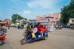 德里,印度- 2017年9月19日:旅行在paharganj街道的一autorickshaw的未认出的人民,那里 库存照片