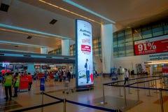 德里,印度- 2017年9月19日:未认出的人民走在德里国际机场的,英迪拉・甘地 免版税库存图片