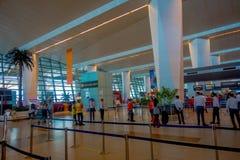 德里,印度- 2017年9月19日:未认出的人民走在德里国际机场的,英迪拉・甘地 图库摄影
