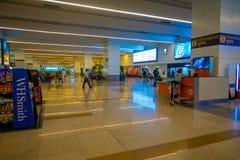 德里,印度- 2017年9月19日:未认出的人民走在德里里面国际机场的,英迪拉 图库摄影
