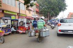 德里,印度- 2017年9月19日:未认出的人民骑自行车在街道的, paharganj,那里是许多旅游逗留  免版税库存图片