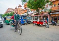 德里,印度- 2017年9月19日:未认出的人民骑自行车在街道的, paharganj,那里是许多旅游逗留  库存图片