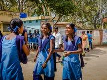 德里,印度- 2017年8月04日:未认出的小学生参观在德里,印度 Humayun ` s坟茔是第一个庭院 免版税库存照片