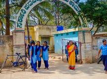 德里,印度- 2017年8月04日:未认出的小学生参观在德里,印度 Humayun ` s坟茔是第一个庭院 图库摄影