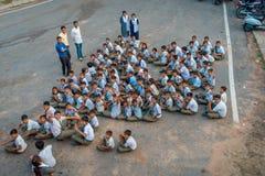 德里,印度- 2017年9月16日:未认出的小组鸟瞰图佩带体育的孩子穿衣,坐在 库存图片