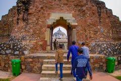 德里,印度- 2017年9月19日:未认出的扔石头的人民横渡的输入对Isa可汗坟茔在Humayun ` s坟茔 免版税库存照片