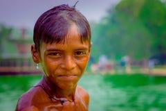 德里,印度- 2017年9月16日:画象看照相机的未认出的微笑的印地安男孩,在德里 库存照片
