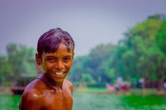 德里,印度- 2017年9月16日:画象看照相机的未认出的微笑的印地安男孩,在德里 库存图片