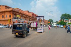 德里,印度- 2017年9月19日:穿过paharganj的街道未认出的人民,那里是许多旅游逗留  免版税库存照片