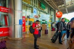 德里,印度- 2017年9月19日:等待出租汽车的未认出的人民在机场的户外的 免版税库存照片