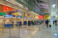德里,印度- 2017年9月19日:签证修正线的未认出的人在国际机场  库存图片