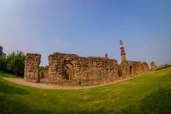 德里,印度- 2017年9月25日:美丽的景色Qutub Minar塔,一联合国科教文组织世界heritag站点,创立在 免版税库存照片