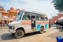 德里,印度- 2017年9月19日:而有些学生走,关闭在paharganj街道的学者公共汽车  免版税库存图片