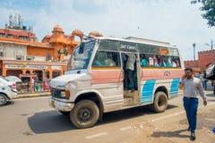 德里,印度- 2017年9月19日:而有些学生走,关闭在paharganj街道的学者公共汽车  库存图片