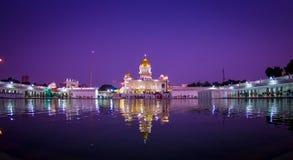 德里,印度- 2017年9月19日:著名锡克教徒的gurdwara金黄寺庙Harmandir Sahib的美丽的景色反射了  库存图片
