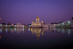 德里,印度- 2017年9月19日:著名锡克教徒的gurdwara金黄寺庙Harmandir Sahib的美丽的景色反射了  免版税库存图片