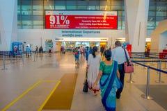 德里,印度- 2017年9月19日:走到在国际性组织的Internacional离开的未认出的人民 免版税图库摄影
