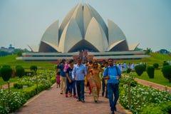 德里,印度- 2017年9月27日:走和享用美丽的莲花寺庙的人人群,位于新德里 库存图片