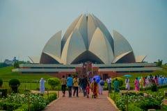 德里,印度- 2017年9月27日:走和享用美丽的莲花寺庙的人人群,位于新德里 免版税图库摄影