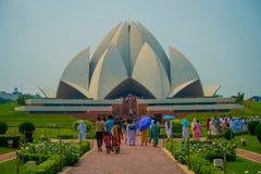 德里,印度- 2017年9月27日:走和享用美丽的莲花寺庙的人人群,位于新德里 库存照片