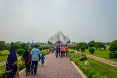德里,印度- 2017年9月27日:走和享用美丽的莲花寺庙的未认出的人民,位于新 图库摄影