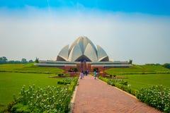 德里,印度- 2017年9月27日:走和享用美丽的莲花寺庙的未认出的人民,位于新 库存照片