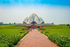 德里,印度- 2017年9月27日:走和享用美丽的莲花寺庙的未认出的人民,位于新 免版税库存照片