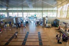 德里,印度- 2017年9月19日:走在德里国际机场的Arerial观点的未认出的人民  免版税库存图片