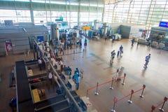 德里,印度- 2017年9月19日:走在德里国际机场的Arerial观点的未认出的人民  免版税库存照片