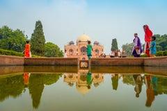 德里,印度- 2017年9月19日:走在有大人物国王的一个人为喷泉前面的未认出的人民 图库摄影