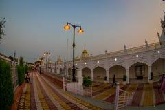 德里,印度- 2017年9月19日:走在班戈拉・撒西比谒师所锡克教徒的寺庙输入的未认出的人民,  免版税库存图片