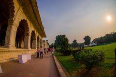 德里,印度- 2017年9月25日:走在被镶嵌的大理石、专栏和曲拱,霍尔附近的未认出的人民私有 免版税库存照片