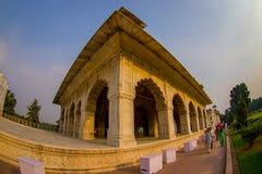 德里,印度- 2017年9月25日:走在被镶嵌的大理石、专栏和曲拱,霍尔附近的未认出的人民私有 免版税图库摄影