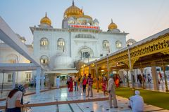 德里,印度- 2017年9月19日:走在金黄著名锡克教徒的gurdwara前面的广场的未认出的人民 图库摄影