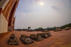 德里,印度- 2017年9月19日:走在Humayun s坟茔前面的未认出的人民,当太阳通过走路 免版税库存图片