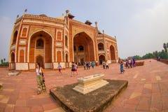 德里,印度- 2017年9月19日:走在Humayun s坟茔,德里,印度前面的未认出的人民 联合国科教文组织世界 免版税图库摄影