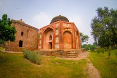 德里,印度- 2017年9月19日:走在Humayun s坟茔,德里,印度前面的未认出的人民 联合国科教文组织世界 免版税库存照片