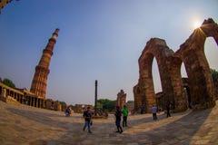 德里,印度- 2017年9月25日:走近Qutub Minar,一的未认出的人民联合国科教文组织世界heritag站点 免版税库存照片