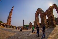 德里,印度- 2017年9月25日:走近Qutub Minar,一的未认出的人民联合国科教文组织世界heritag站点 库存照片