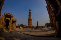 德里,印度- 2017年9月25日:走近Qutub Minar,一的未认出的人民联合国科教文组织世界heritag站点 免版税图库摄影