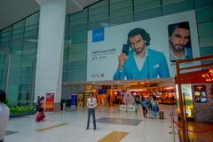德里,印度- 2017年9月19日:走里面到商店的未认出的人民在德里Internacional机场  免版税图库摄影